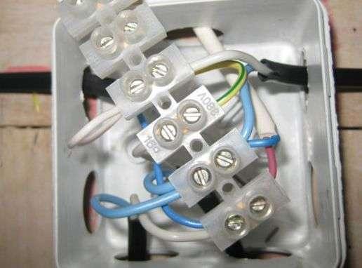 Зєднання проводів в розподільній коробці